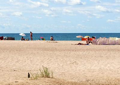 Szeroka, piaszczysta plaża w Dąbkach
